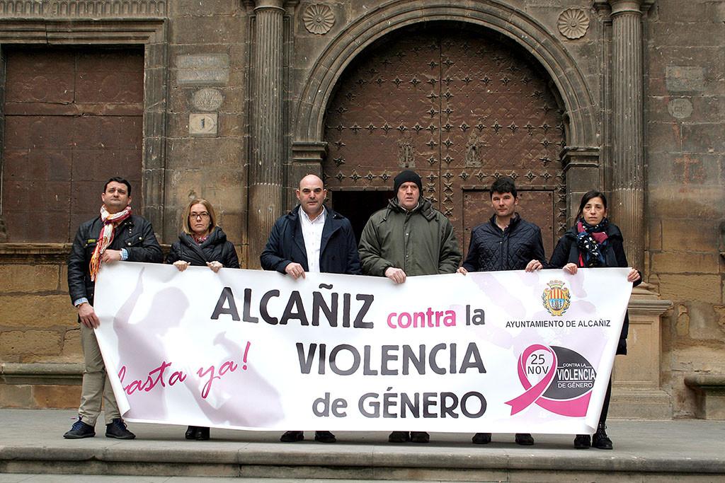 El Ayuntamiento de Alcanyiz guarda 5 minutos de silencio en condena por los últimos feminicidios