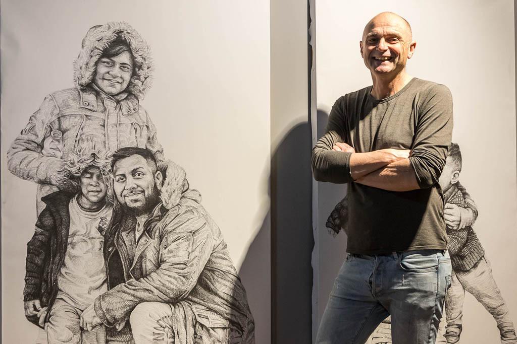 Steve Gibson junto a uno de sus dibujos.