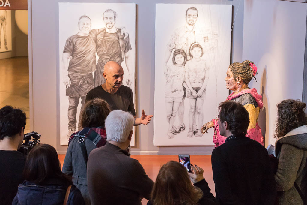 Steve Gibson explica el proceso de creación de las esculturas.