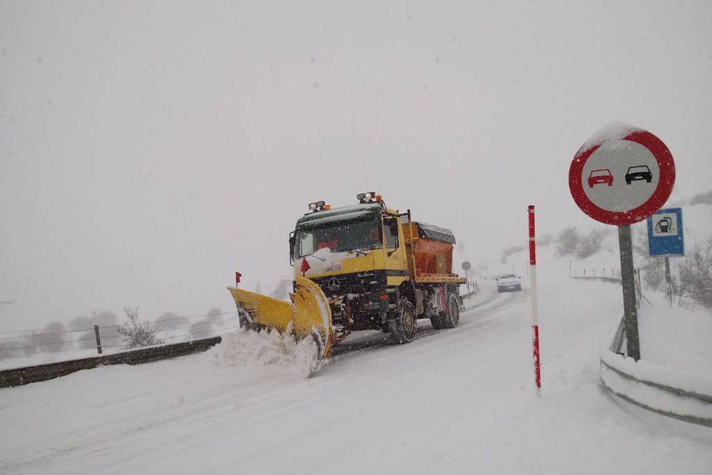 La nieve complica la circulación en varias carreteras del Alto Aragón