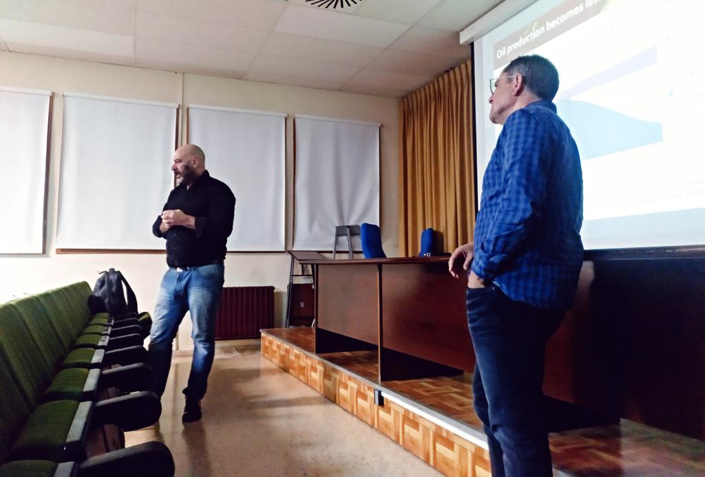 Antonio Aretxabala –al fondo– y Marcos Aurell en un momento de su charla en el Geoforo.