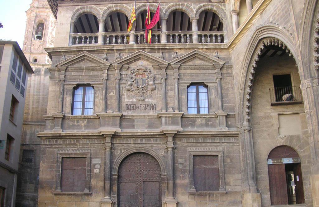El Ayuntamiento de Alcanyiz gastará 16.000 euros en una sola bandera