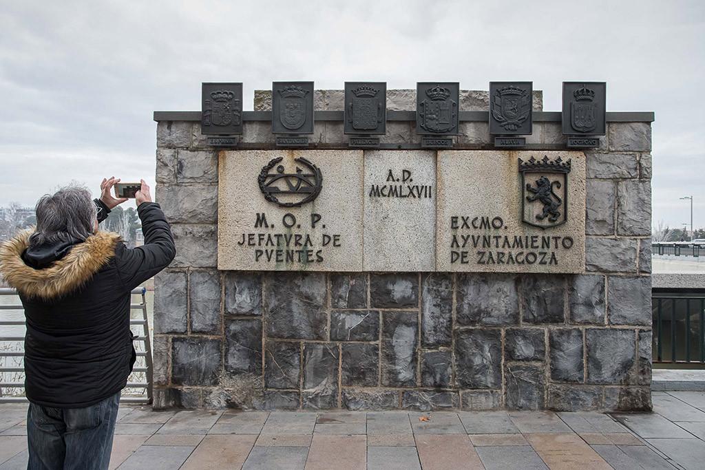 Cambio escudos franquistas puente santiago foto AZ 2