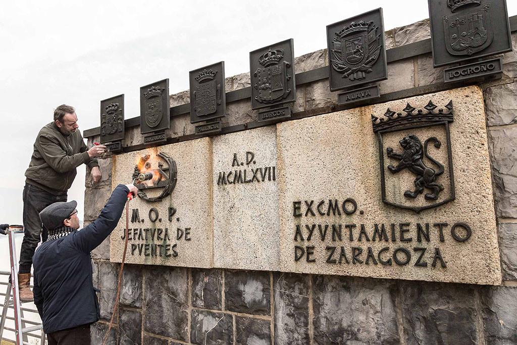 Cambio escudos franquistas puente santiago foto AZ 4