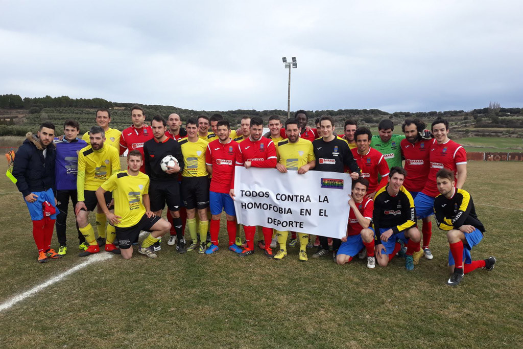 Plantilla del FC Ayerbe contra la homofobia.