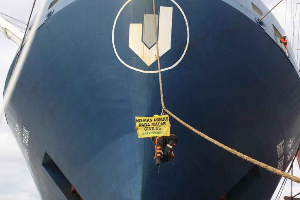 """Activistas de Greenpeace protestan en Bilbo contra el """"envío ilegal"""" de armamento a la guerra de Yemen"""