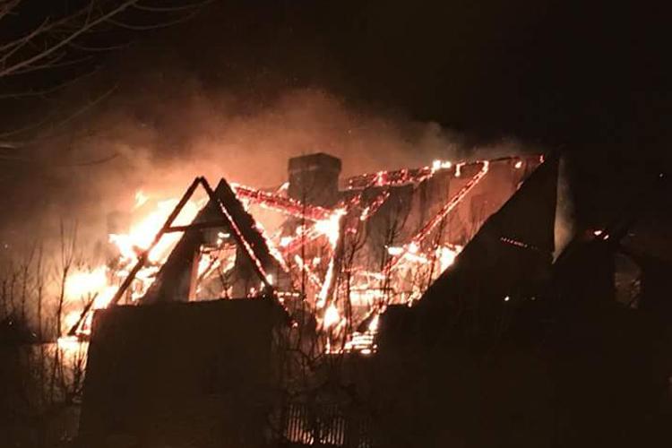 """La familia del bombero ingresado tras el incendio de Benás exige """"que dejen de una vez por todas de jugar con nuestras vidas"""""""