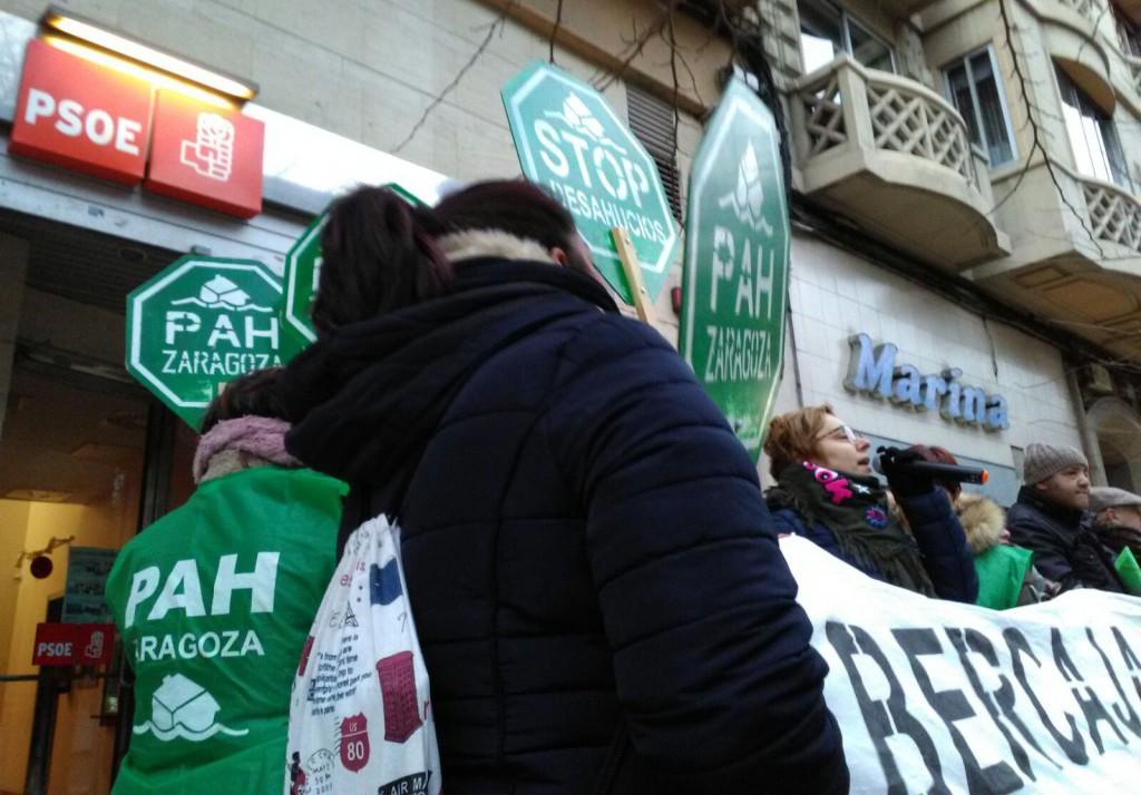La PAH se concentra en la sede del PSOE en Zaragoza para exigir la paralización de un desahucio en Fraga