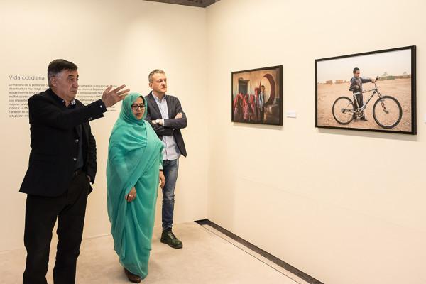 Gervasio Sánchez muestra su obra a Jari Bulahi Bad y Fernando Rivarés. Foto: Daniel Pina (AZ)