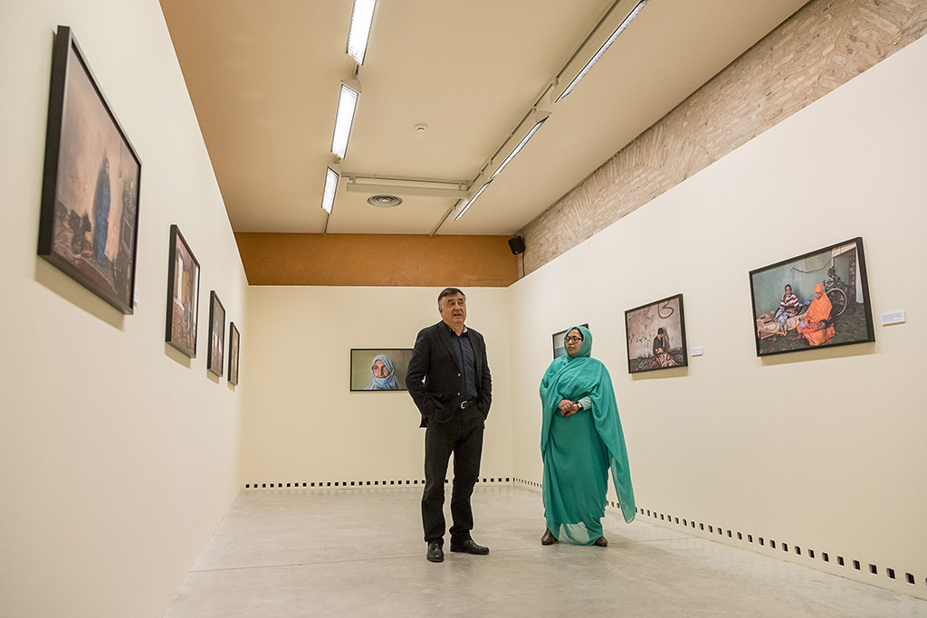 'Visiones saharauis' de Gervasio Sánchez nos acerca a la cotidianidad de los campamentos de personas refugiadas en Tindouf