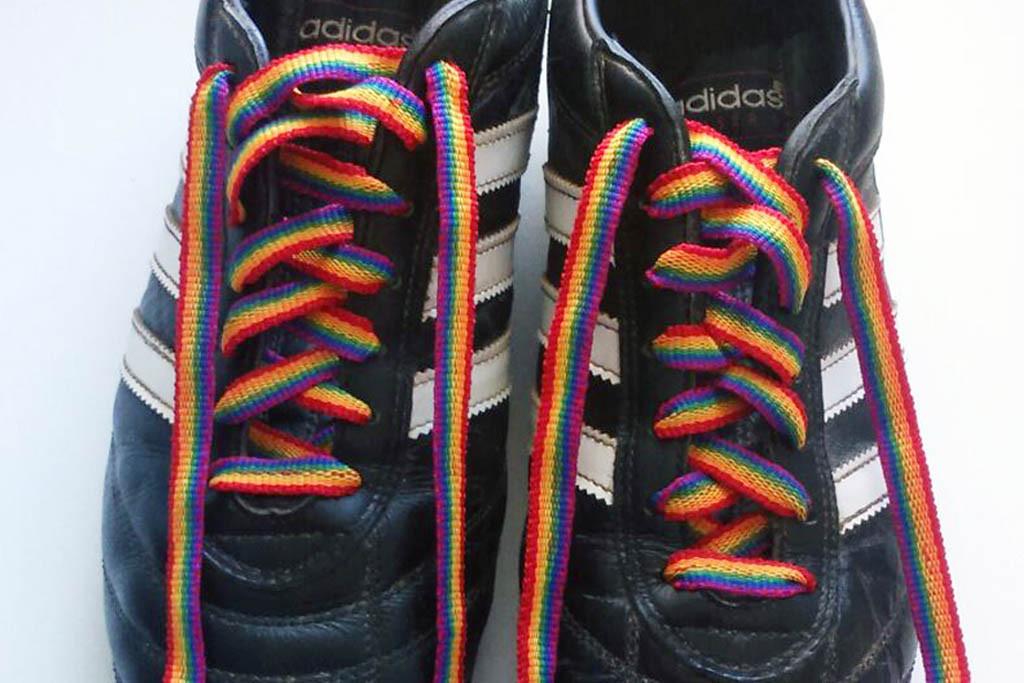 El CD Lalueza luce los colores del arcoíris en sus botas