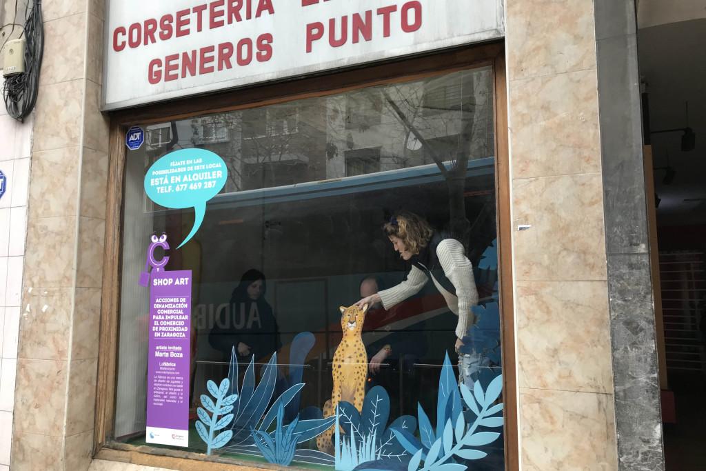 Exposiciones temporales de artistas locales para alegrar los escaparates vacíos en los barrios de Zaragoza