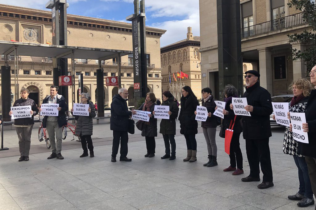 Una concentración en Zaragoza en memoria de las dos personas migrantes fallecidas en el Estrecho de Gibraltar