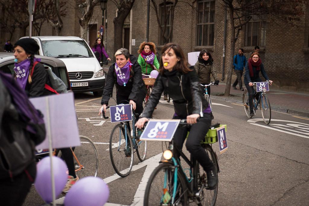 [FOTOS] Un bicipiquete lleva las reivindicaciones y exigencias de la huelga feminista a los barrios de Zaragoza