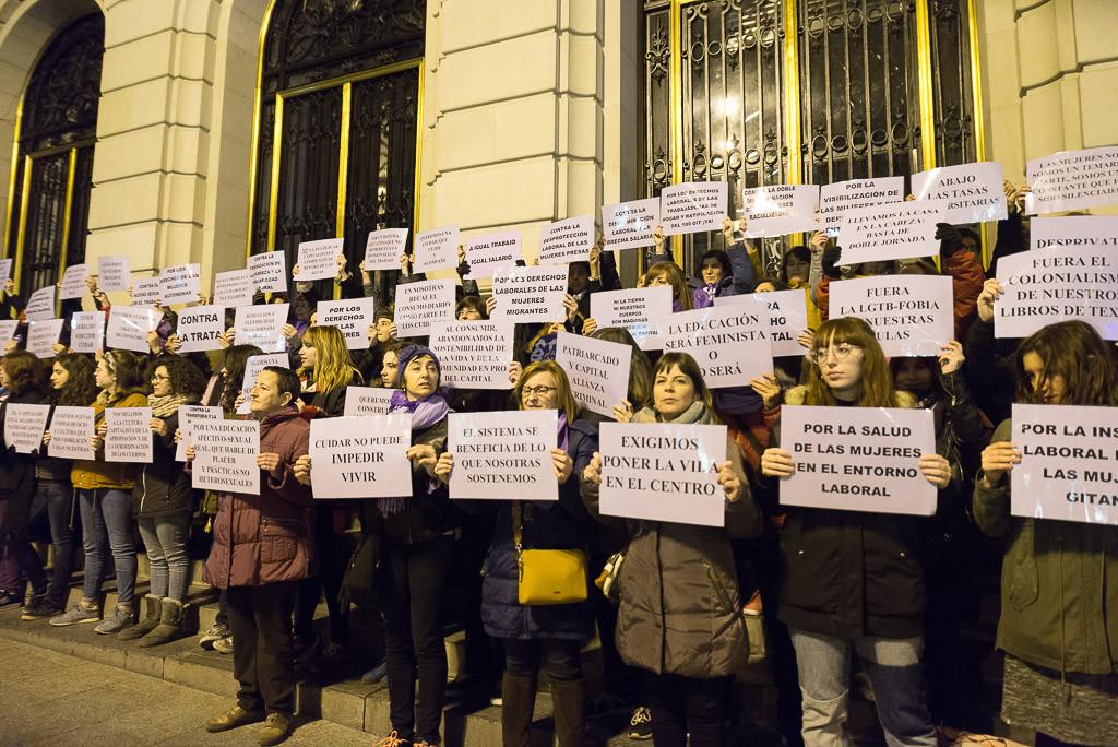 [FOTOS] Una concentración nocturna marca el inicio de la huelga feminista en Zaragoza