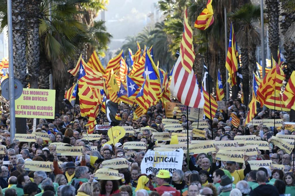 Miles de personas se manifiestan en Barcelona bajo el lema 'República, Ara'