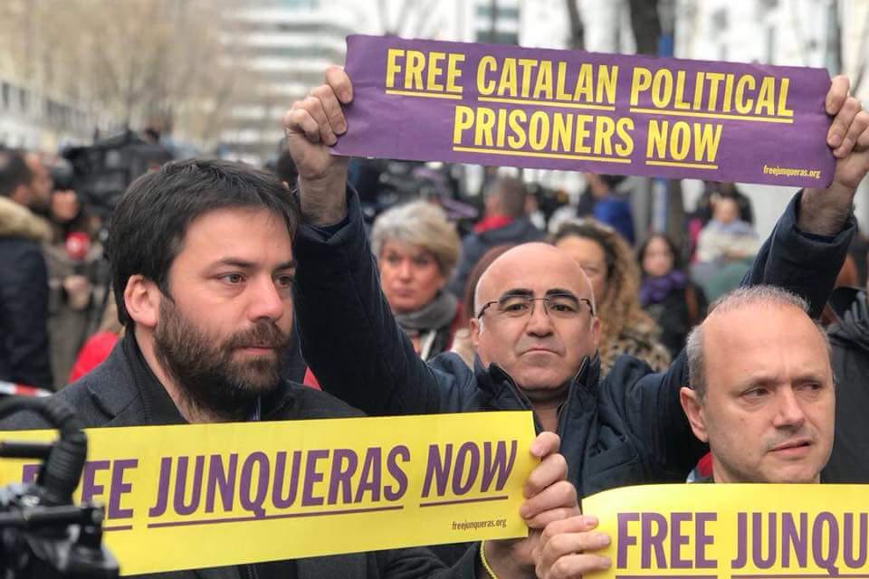 """Llarena procesa a trece políticos independentistas catalanes por """"rebelión"""" y a otros doce por """"desobediencia"""""""