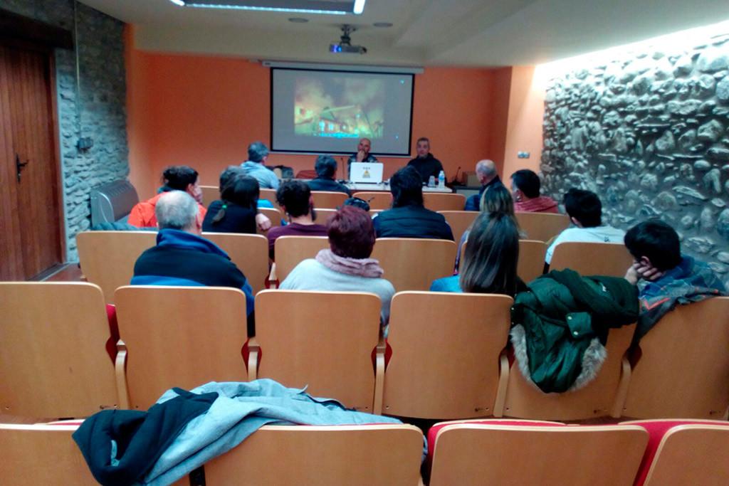 Una veintena de personas participan en la mesa redonda para analizar el servicio de bomberos en Ribagorza