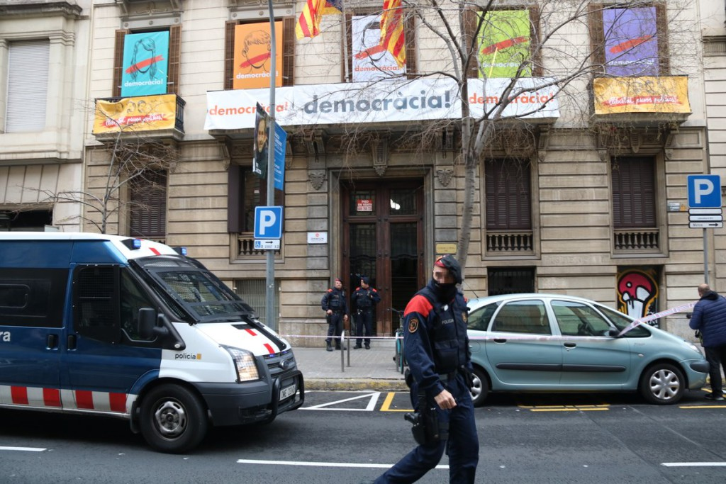 La Guardia Civil registra las sedes de la Generalitat y Òmnium Cultural en una operación sobre el 1-O