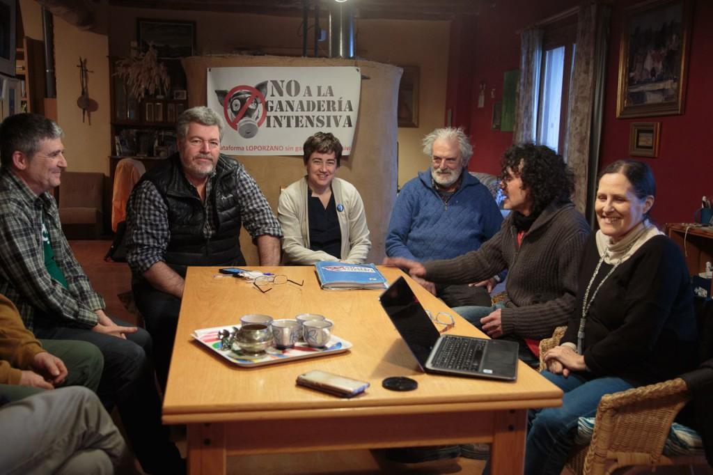 López de Uralde visita Loporzano para conocer la defensa del territorio que realiza la Plataforma SIN Ganadería Intensiva