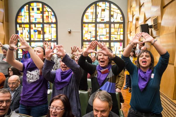 Mujeres muestran su apoyo a la huelga feminista del 8M durante el pleno. Foto: Pablo Ibáñez (AraInfo)