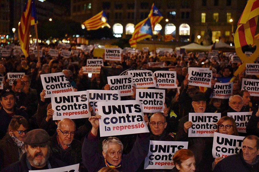 """Miles de personas salen a la calles de Catalunya """"unidas contra la represión"""" en protesta por los encarcelamientos"""