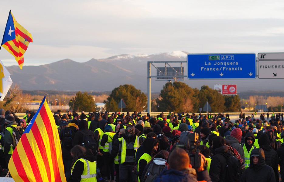 Catalunya despierta con cortes en las fronteras y en los accesos a la ciudad de Barcelona