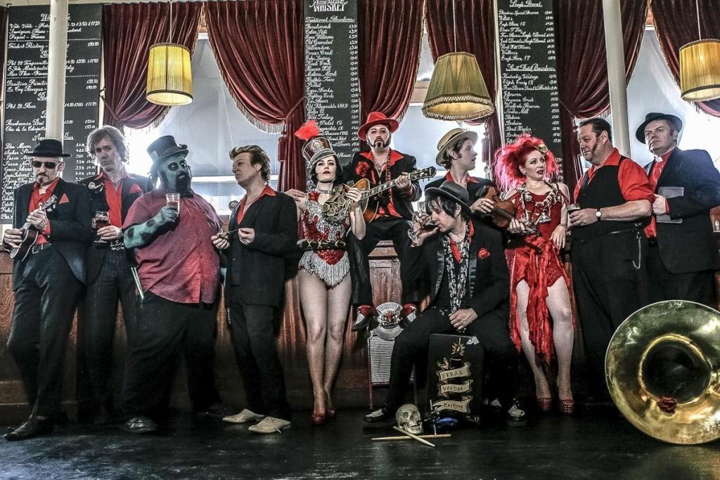 La banda londinense The Urban Voodoo Machine se sube este sábado al escenario de Las Armas