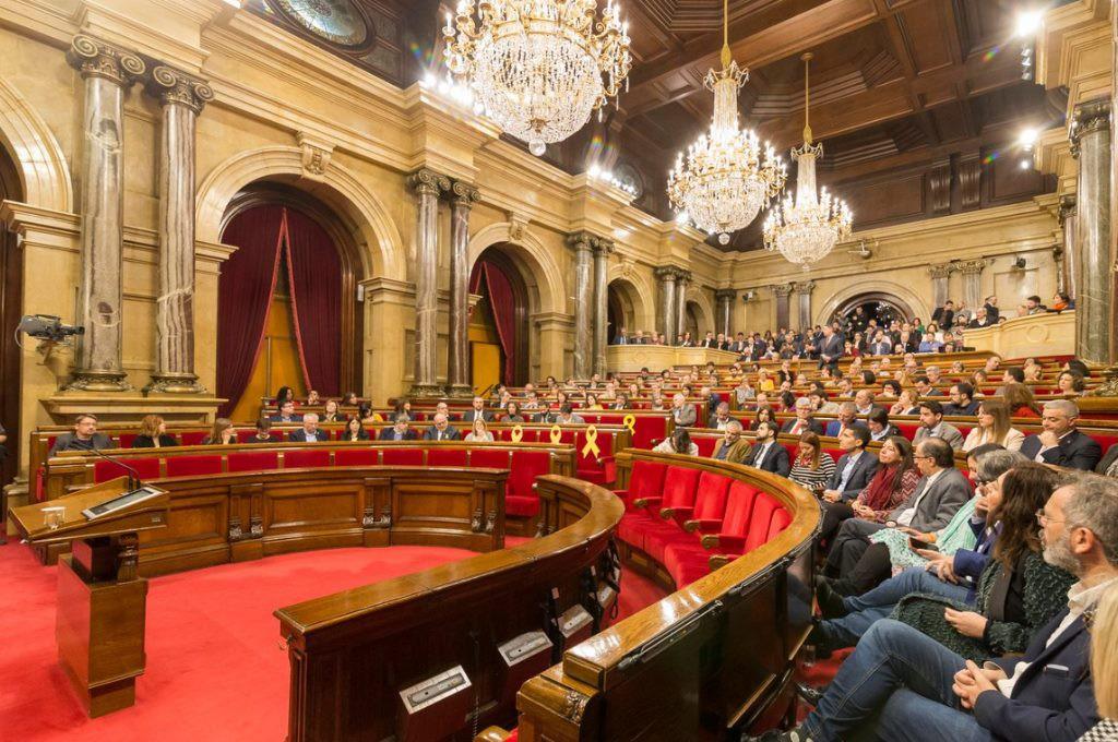 El Parlament se compromete a defender los derechos políticos de Puigdemont, Sànchez y Turull y reclamará la libertad de las y los presos