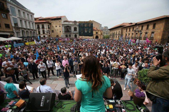 30.000 personas se manifiestan en Uviéu para reivindicar la oficialidad del asturiano: «Agora ye'l momentu»