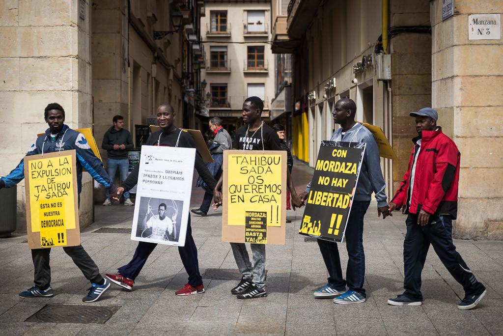 Cadena humana en Zaragoza contra el racismo institucional