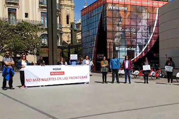 """Concentración en Zaragoza por la muerte de cinco personas que trataban de cruzar el Mediterráneo """"en busca de una vida digna"""""""