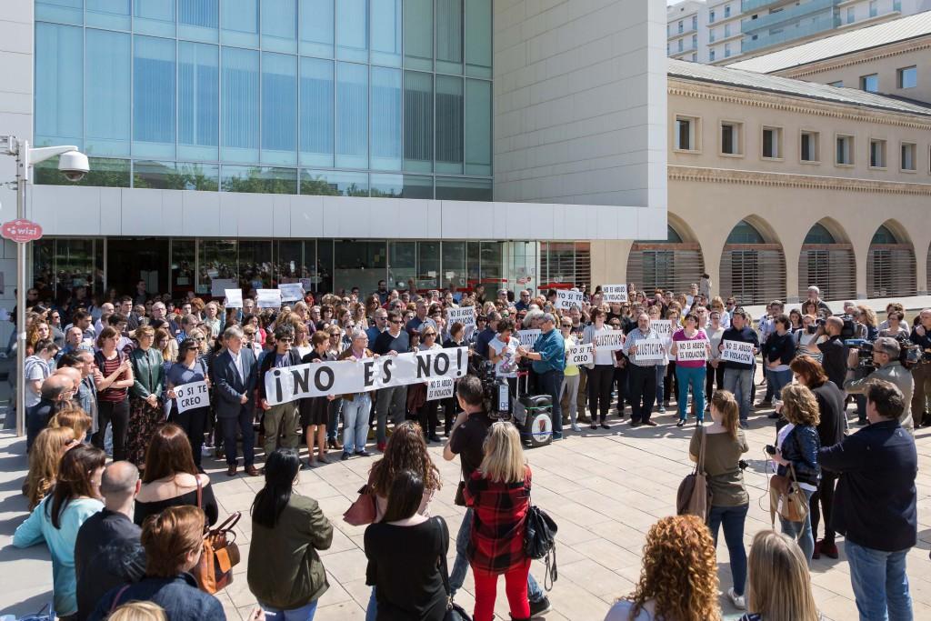 Los sindicatos del Ayuntamiento de Zaragoza se concentran en protesta por la sentencia contra los miembros de 'La Manada'