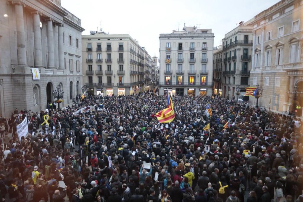 Movilización en la plaza Sant Jaume de Barcelona bajo el lema 'Jo sóc CDR'