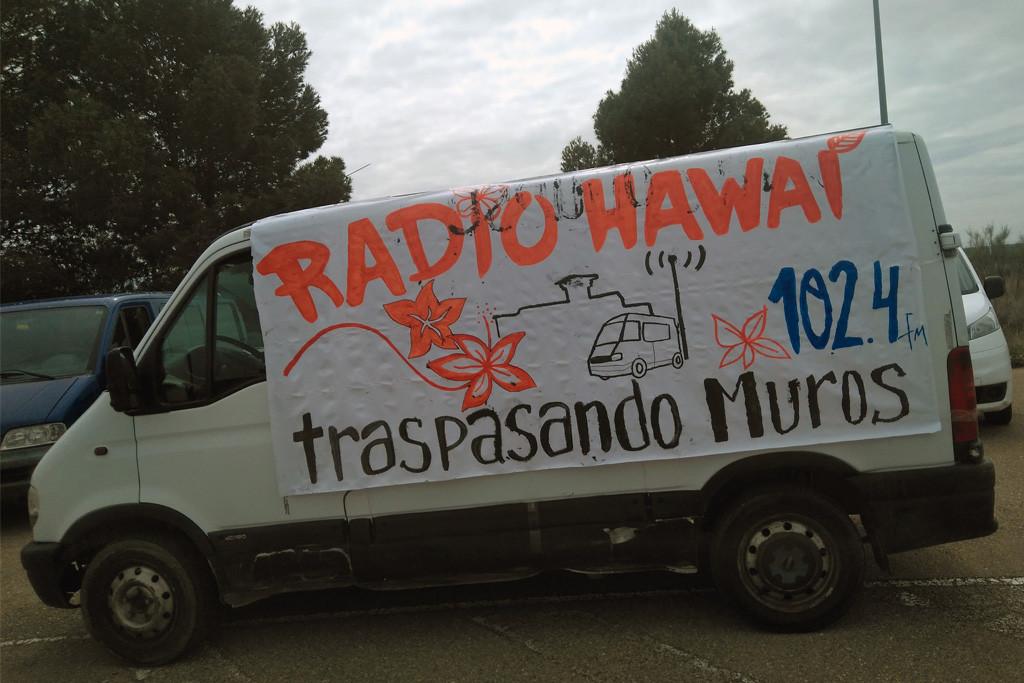 Radio Hawaii emitiendo desde el aparcamiento de la cárcel de Zuera. Foto: JM Marshall