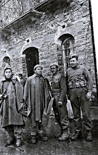 Joan Escudé (segundo por la derecha) junto a varios compañeros en Bielsa en 1938. Foto cedida por José María Escalona.