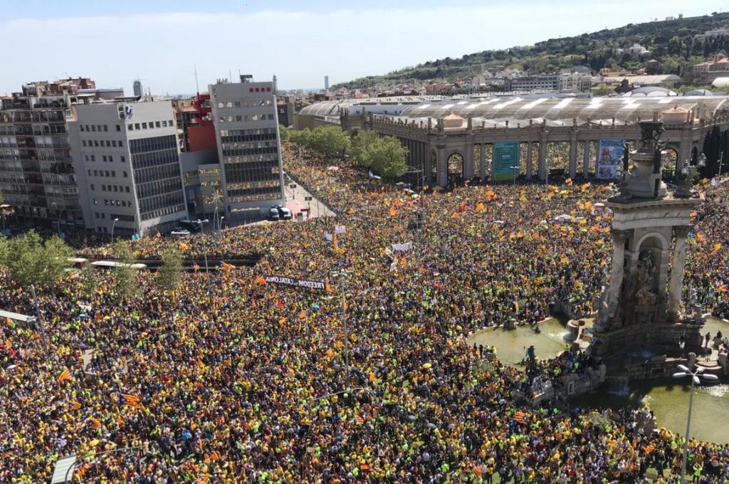 """Manifestación multitudinaria """"por la democracia y la cohesión"""" en Barcelona"""
