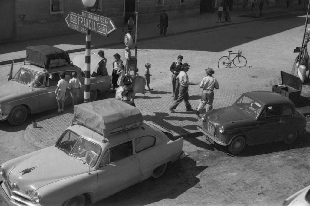 El fondo de la primera fotógrafa oscense se conservará como testimonio de la imagen más real de la Uesca de los años 50