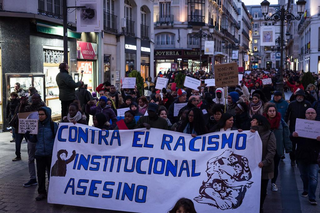 """Zaragoza también grita """"el racismo nos encierra"""""""
