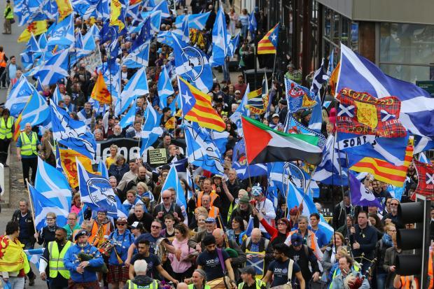 Miles de personas marchan en Glasgow a favor de un segundo referéndum de independencia para Escocia