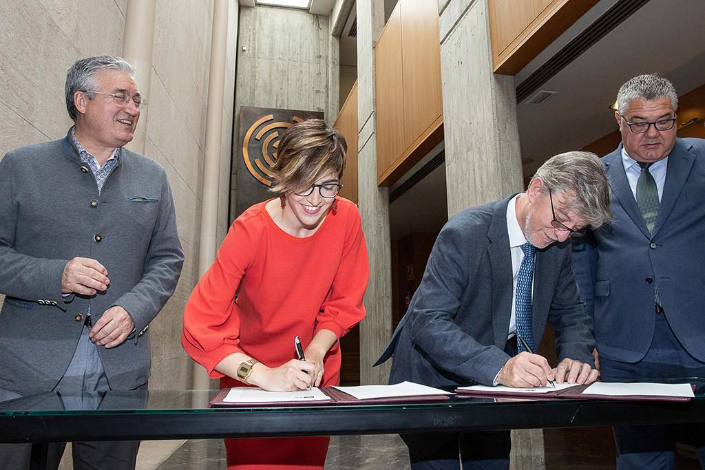 Santisteve y Barba firman un protocolo que permitirá la salida definitiva de los coches de la Aljafería