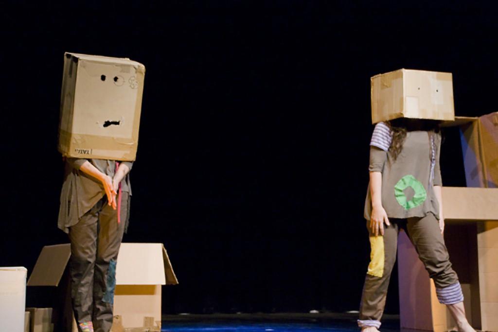 """La compañía Amoramar Danza presenta """"Todo en caja"""" en el Teatro Arbolé"""