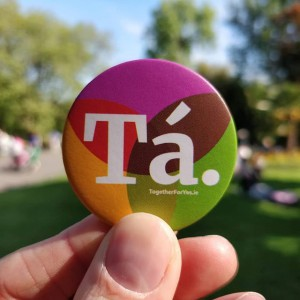 Chapa con el lema de la campaña 'Tá' ('Sí' en gaelico irlandés). Foto: Seán Ó hAdhmaill