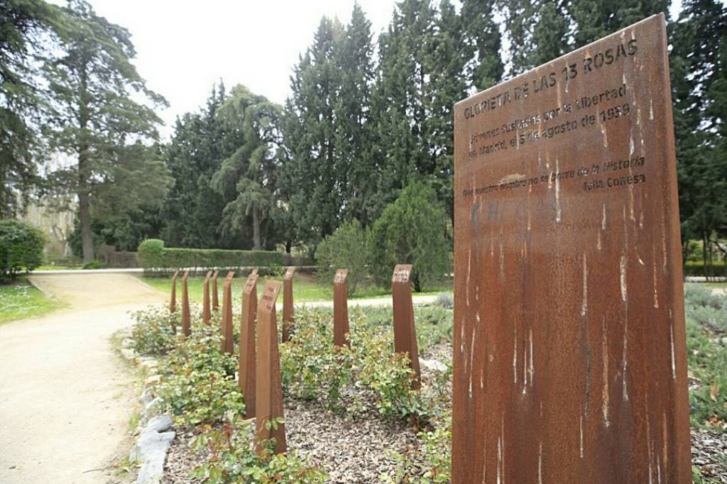Desaparecen dos placas del monumento dedicado a Las Trece Rosas