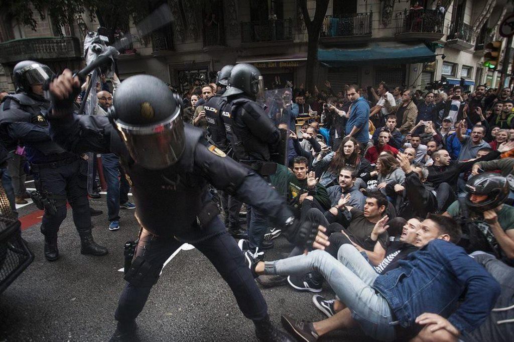 Las cámaras de la policía también captaron la violencia durante el 1-O
