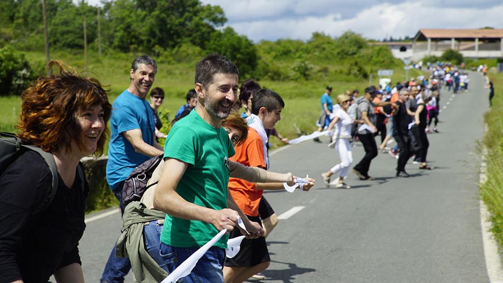 175.000 personas unen sus manos en una histórica cadena humana a favor del derecho a decidir de Euskal Herria