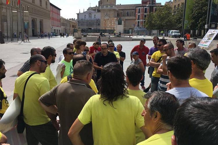 Cubero y Artigas dialogan con la plantilla de FCC Parques y Jardines durante la concentración