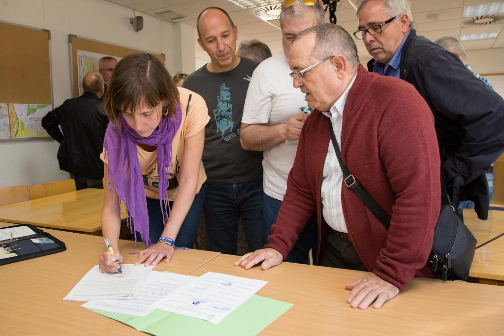 El Ayuntamiento de Zaragoza firma con la 'Plataforma vecinal por el autobús de Santa Isabel' el compromiso de mejora de la línea 60