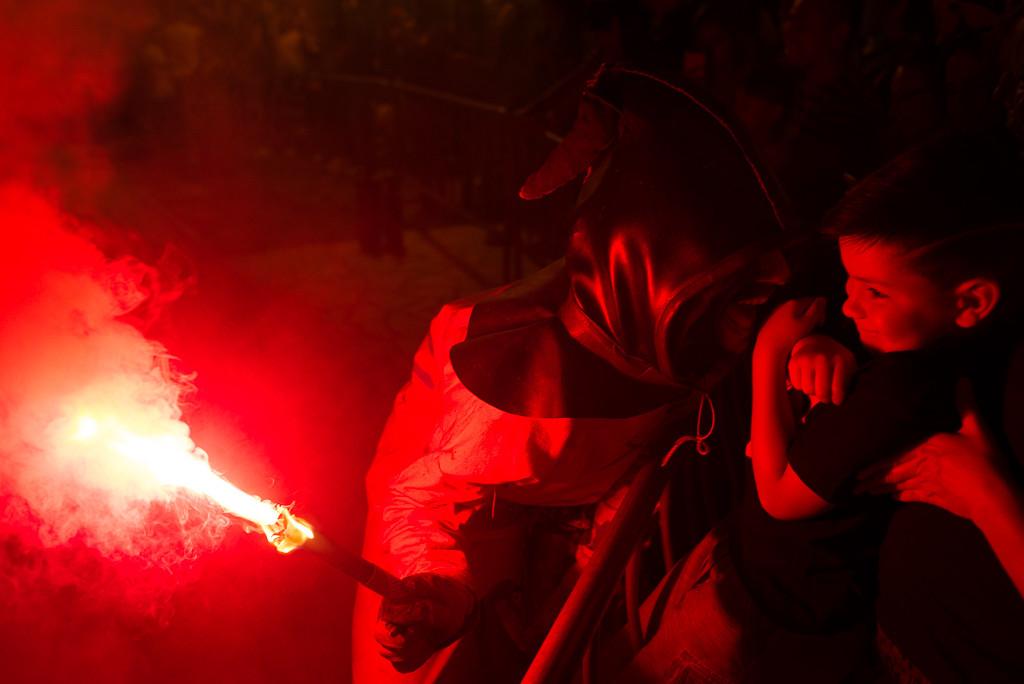 A punto de encender la hoguera en el parque Bruil. Foto: Pablo Ibáñez