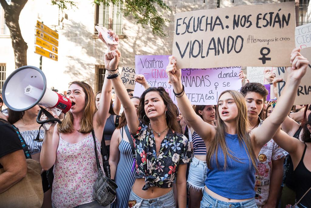 """""""Tranquila hermana, aquí está tu manada"""": multitudinaria respuesta feminista por todo Aragón"""